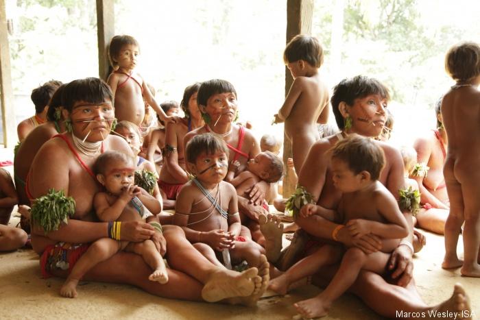Mulheres e crianças yanomami na apresentação dos resultados do estudo sobre contaminação por mercúrio. Região do Papiú, Terra Indígena Yanomami