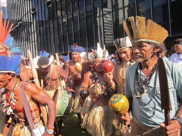 Indígenas brasileiros durante protesto cobrando o cumprimento de seus direitos como povos originários, na cidade do Rio de Janeiro. Foto: Mario Osava/IPS
