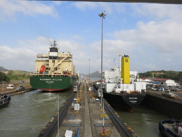 Dois navios passam pelas eclusas de Miraflores na parte do Oceano Pacífico, as mais altas do antigo sistema do Canal do Panamá, em operação desde 2014. A elevação das embarcações nesse trecho chega a 16,5 metros e a passagem pela área dura cerca de 40 minutos. Foto: IralísFragiel/IPS