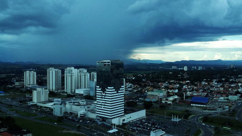 Formação de chuva sobre a zona norte de São José dos Campos. Foto: Rosi Masiero