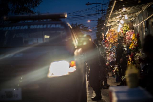 Polícia Militar em uma rua de San Pedro Sula durante patrulhamento noturno. Foto: Ximena Natera/Pie de Página