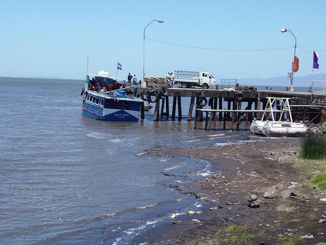No município de Moyogalpa, dentro da ilha de Ometepe, no lago Cocibolca, as lanchas locais têm dificuldades para navegar por causa da baixa profundidade das águas, devido à seca que afeta a Nicarágua desde 2014. Foto: Ramón Villareal Bello/IPS