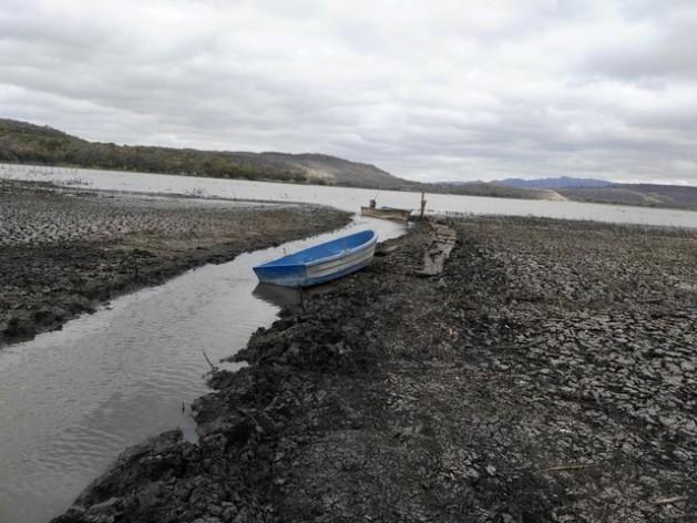 Duas barcas permanecem perdidas no rachado fundo da principal laguna de Moyúa, um conjunto lacustre do norte da Nicarágua, que perdeu 60% de seu volume de água pela pertinaz seca que sufoca o país desde 2014. Foto: Cortesia de Rezayé Álvarez