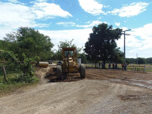 Na zona rural de Brito, no departamento de Rivas, 112 quilômetros ao sul de Manágua, em dezembro de 2014 começaram as primeiras obras de infraestrutura para o canal interoceânico da Nicarágua, com manutenção de caminhos de terra para transporte terrestre. Desde então as obras de infraestrutura não avançaram. Foto: Ramón Villareal/IPS