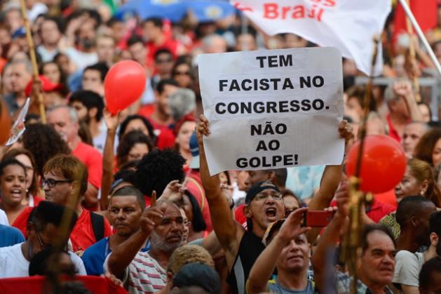 Não ao golpe, diz um cartaz durante manifestação a favor da democracia no Rio de Janeiro, no dia 31 de março, no contexto das mobilizações contra o impeachment da presidente Dilma Rousseff, realizadas em muitas cidades do Brasil, na emblemática data de aniversário do golpe militar de 1964. Foto: Fernando Frazão/Agência Brasil