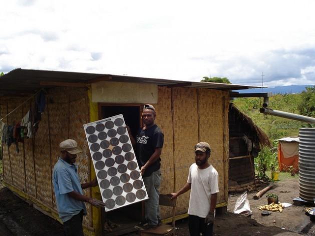 Comunidades rurais de Papua-Nova Guiné instalam seus próprios painéis solares rentáveis e eficientes. Foto: Catherine Wilson/IPS