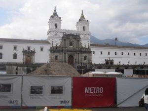 Praça San Francisco, onde fica a igreja e o convento de mesmo nome, ocupada há meses por tapumes que escondem as obras do metrô de Quito, paralisadas enquanto se investiga o valor de vestígios arqueológicos encontrados. Esse conjunto monumental é o maior de um centro histórico da América Latina. Foto: Mario Osava/IPS
