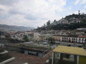 Morro do Panecillo, que divide o norte e o sul da capital do Equador, visto do Museu da Cidade, em pleno Centro Histórico. A acidentada topografia é um obstáculo para a mobilidade em Quito. Foto: Mario Osava/IPS