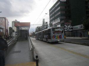 Trólebus do sistema de corredor especial e uma de suas estações, na capital do Equador. Os críticos do projeto do metrô na cidade consideram melhor para a cidade estender e melhorar esse transporte de superfície. Foto: Mario Osava/IPS