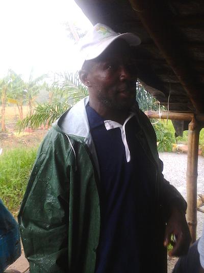 Albert Kanga em sua plantação de bananas em Abidjã, na Costa do Marfim. Foto: Friday Phiri/IPS
