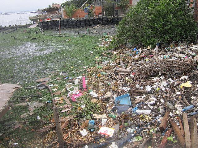 Assim está hoje o que no passado foi uma praia de areias brancas no bairro de pescadores de Tubiacanga, na baía de Guanabara, nas imediações do Aeroporto Internacional do Rio de Janeiro. Os moradores contribuem para a contaminação e sedimentação da emblemática baía brasileira. Foto: Mario Osava/IPS