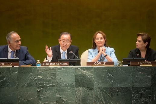 Ban Ki-moon em cerimônia em Nova York, entre os presidentes das COPs 21 (dir.) e 22; no canto direito, a secretária-executiva da Convenção do Clima, Patricia Espinosa (Foto: UN Photo)