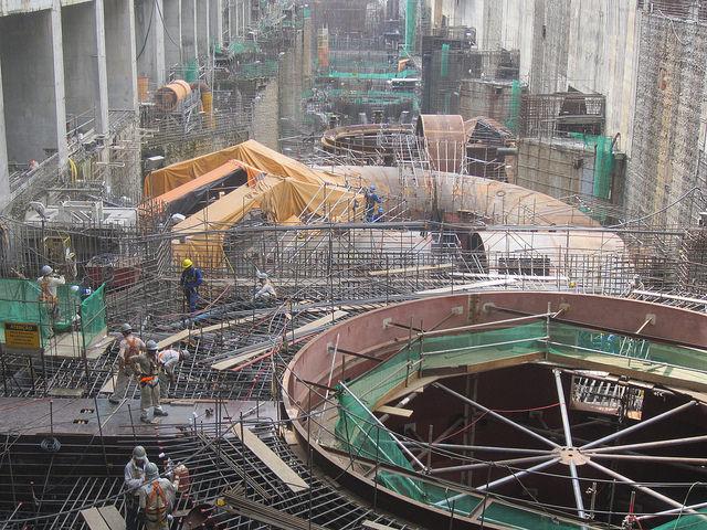 A sala de turbinas da hidrelétrica de Belo Monte, no Pará, durante sua instalação em 2015. A megaobra deverá estar pronta em 2019. Foto: Mario Osava/IPS