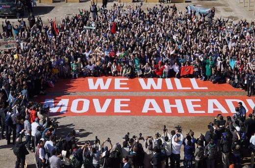 """""""Foto de família"""" organizada pelo Greenpeace na frente do Bab Ighli, onde ocorreu a conferência de Marrakesh. Foto: Angie Rattay"""