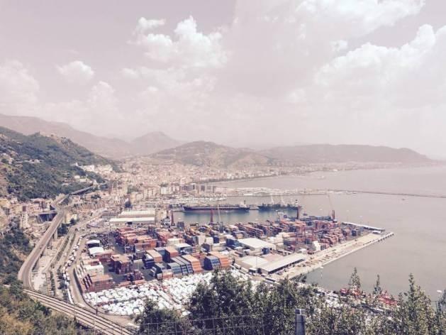 Contêineres empilhados no porto italiano de Salerno. Foto: FAO