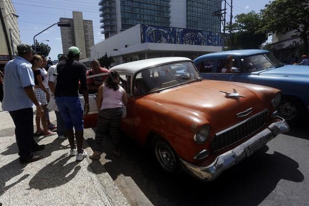 Os cubanos, como esses moradores de Havana, que se dispõem a dividir um veículo particular que funciona como táxi, temem que tenham que suportar novamente as penúrias do chamado período econômicoespecial, devido à nova crise que afeta Cuba e obrigou o governo a adotar um programa de austeridade. Foto: Jorge LuisBaños/IPS