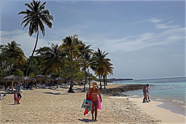 Turistas em uma praia do polo turístico de Guardalavaca, na província de Holguín. As divisas provenientes do turismo são um dos instrumentos com que Havana conta para atenuar os efeitos da economia nacional. Foto: Jorge LuisBaños/IPS