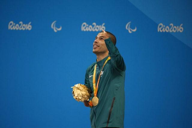 Daniel Dias, após receber uma das quatro medalhas de ouro que ganhou na natação, às quais se somaram outras cinco de prata e bronze. No total, conquistou 24 medalhas olímpicas, sendo 14 de ouro. Foto: Fernando Frazão/Agência Brasil