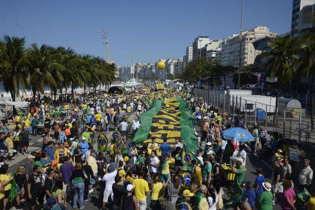 Manifestação contra a corrupção no Brasil, em apoio à investigação da operação Lava Jato e a favor da saída definitiva de Dilma Rousseff da Presidência, no dia 31 de julho em Copacabana, no Rio de Janeiro. Foto: Tânia Rêgo, Agência Brasil