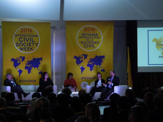 Emilio Álvarez-Icaza, secretário executivo da Comissão Interamericana de Direitos Humanos (CIDH), o primeiro à direita, intervém em um painel sobre a situação do ativismo na América Latina, durante a Semana Internacional da Sociedade Civil. Foto: Constanza Vieira/IPS