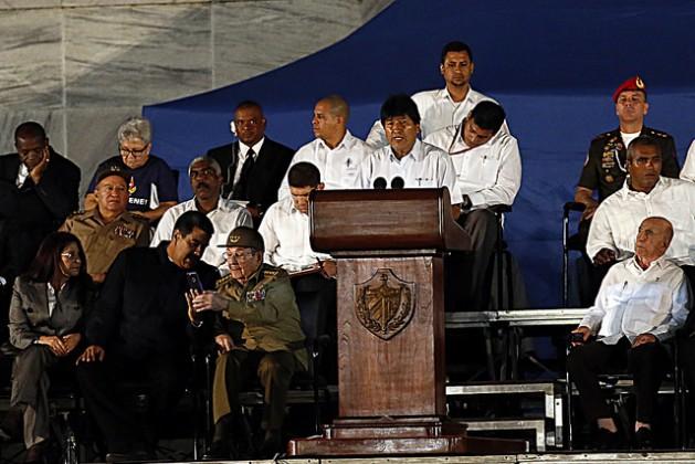 O presidente da Bolívia, Evo Morales, discursa durante homenagem a Fidel Castro, no dia 29 de novembro, na Praça da Revolução de Havana, da qual participaram oito mandatários latino-americanos, e que fez parte das honrarias fúnebres ao líder falecido quatro dias antes. Foto: Jorge Luis Baños/IPS