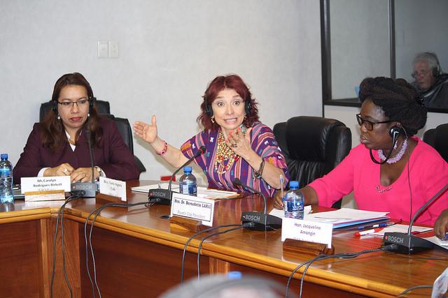 A partir da esquerda: coordenadora especial da FAO para alianças parlamentares, Caroline Rodrigues Birkett; Maria Augusta Calle, do Equador, e a vice-presidente do PAP, BernadetteLahai. Foto: Desmond Latham/IPS
