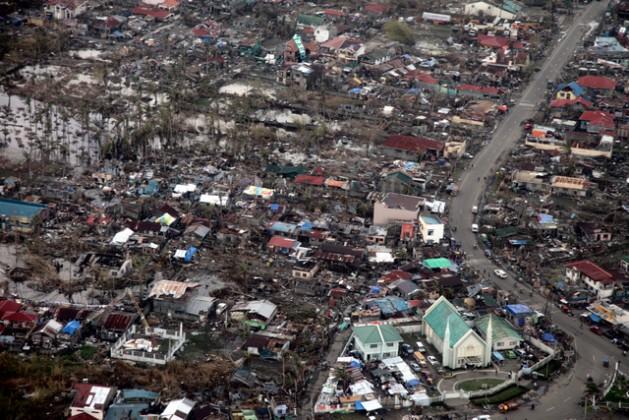 Tacloban, nas Filipinas, uma das zonas mais devastadas pelo supertufão Haiyán, em novembro de 2013. A passagem do ciclone coincidiu com a negociação climática da COP 19 e serviu de cenário para uma negociação sobre mecanismos de danos e perdas. Foto: Russell Watkins/Departamento para o Desenvolvimento Internacional das Filipinas