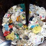Após triagem de objetos mais resistentes, resíduos são  inseridos no reator para processo de digestão molecular. Fotos: Arquivo / Guilherme M. dos Santos