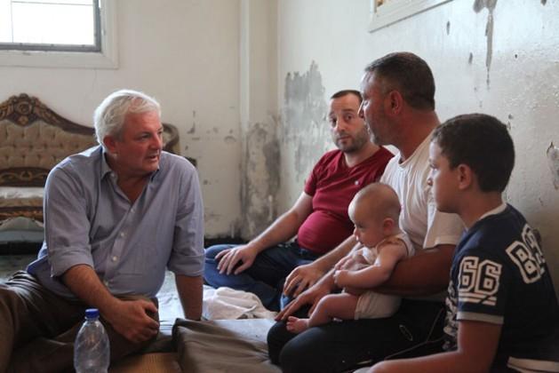 Stephen O'Brien em uma visita ao bairro FajAttan, de Saná, no Iêmen. Foto: Philippe Kropf/Ocha