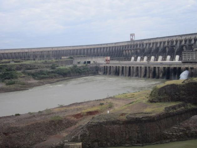 A megacentral hidrelétrica de Itaipu, que o Paraguai compartilha com o Brasil, gera a quase totalidade da eletricidade do país, que não chega às disseminadas e remotas comunidades rurais paraguaias. Para elas, a geração descentralizada e de microescala é a solução para contar com o serviço. Foto: Mario Osava/IPS