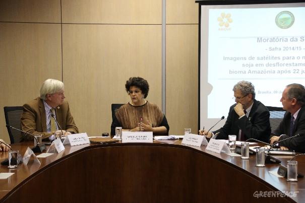 Izabella Teixeira, Ministra do Meio Ambiente; Carlo Lovatelli, presidente da Abiove; Sergio Mendes, diretor geral da ANEC e Paulo Adario, do Greenpeace, assinam renovação da Moratória da Soja. Foto: © Alan Azevedo/Greenpeace