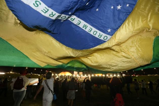 Um grupo de manifestantes contra o processo de impeachment da presidente Dilma Rousseff, diante das sedes da Câmara dos Deputados e do Senado, na noite do dia 27 deste mês. Foto: Lula Marques/Agência PT