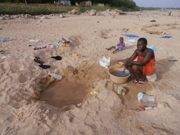 Lara Adama cava um poço em busca de água no leito seco de um rio em Dumai, no norte de Camarões. Foto: Monde Kingsley Nfor/IPS