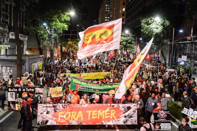"""As manifestações contra o presidente interino, Michel Temer, e seu governo, o acompanham desde que assumiu o poder, em 12 de maio. Na foto, uma marcha do dia 19 de junho, no Rio de Janeiro, encabeçada por uma faixa onde se lê """"Fora Temer"""". Foto: Fernando Frazão/Agência Brasil"""