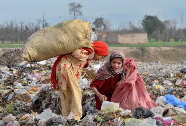 Essas meninas vivem do que encontram no lixo nas Áreas Tribais de Administração Federal (Fata), no Paquistão. Foto: Ashfaq Yusufzai/IPS