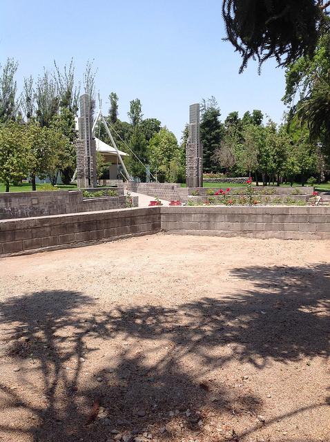Cerca de 20 mil pessoas visitam anualmente o Parque pela Paz Villa Grimaldi, levantado na pré-cordilheira, em cujos pés fica Santiago do Chile, a partir das ruinas do que foi o maior centro de tortura durante a ditadura do general Augusto Pinochet. Foto: Orlando Milesi/IPS