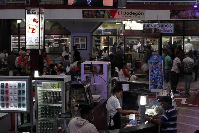 Interior do centro comercial Plaza Carlos III, com lojas e praça de alimentação, no município de Centro Habana, na capital de Cuba. Esses novos negócios, parte administrados por operadores privados, são prejudicados pelos vendedores informais que operam no mercado negro. Foto: Jorge LuisBaños/IPS