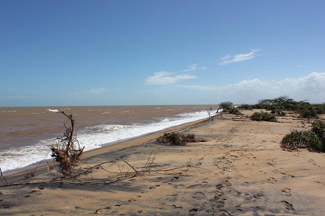 Praia de Regência/ Linhares (ES) : impacto até hoje do rastro da lama afastou os turistas. Foto: Foto: Hélio Rocha