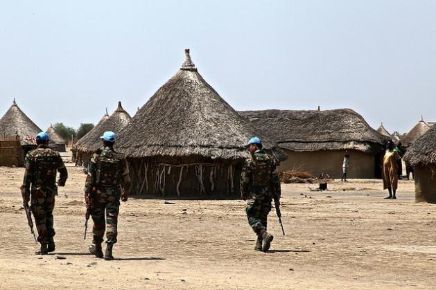 Uma patrulha da missão de manutenção da paz da ONU percorre a aleia de Yuai, no Sudão do Sul, no começo de 2016. Foto: Jared Ferrie/IPS