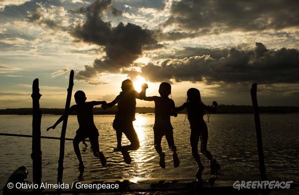Crianças Munduruku brincam no rio Tapajós