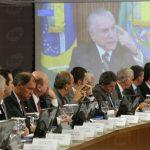 Política corrupta busca absolvição na economia