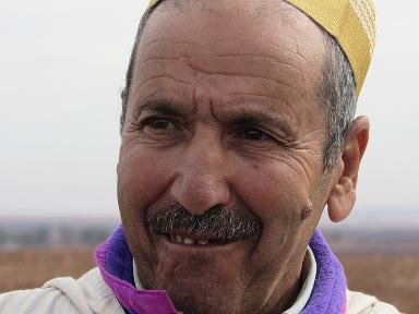 O agricultor marroquino Ahmed Jiat teve vários problemas por causa da seca, mas pode se beneficiar de um programa de plantio direto que promove a resiliência à mudança climática. Foto: Fabíola Ortiz/IPS