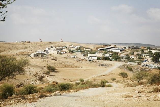 Na frente, a aldeia beduína não reconhecida de Umm al-Heran na lista de lugares a serem demolidos. Atrás, as máquinas do Fundo Nacional Judeu preparam o terreno para plantar árvores. O Estado obriga a tribo Abu Al Qian a se reassentar na aldeia vizinha de Hura. Foto: Silvia Boarini/IPS