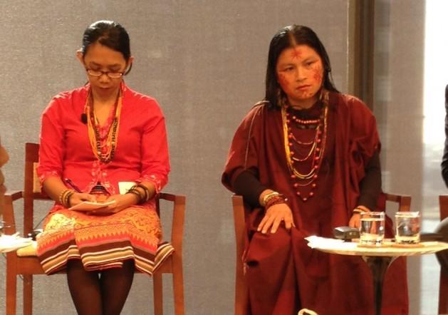 A ativista e indígena ashéninka Diana Rios (centro), da aldeia amazônica de Saweto, no Peru, é filha do ativista Jorge Rios, assassinado por madeireiros ilegais em setembro de 2014. Foto: LyndalRowlands/IPS