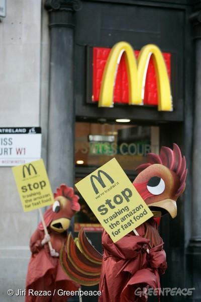 Ativistas do Greenpeace UK protestam em frente à loja do McDonald's em Londres, em 2006. Foto: © Jiri Rezac / Greenpeace