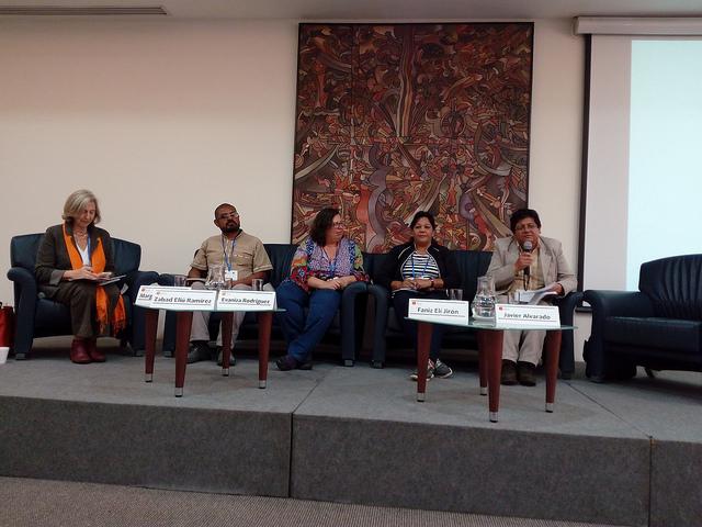 Ativistas de vários países debatem sobre o papel dos movimentos sociais na construção de cidades e comunidades para todos, na sede da Flacso. Paralelamente à reunião oficial da Habitat III, Quito recebe um fórum alternativo e outro social, que questionam as propostas e visões governamentais sobre a gestão urbana. Foto: Emilio Godoy/IPS