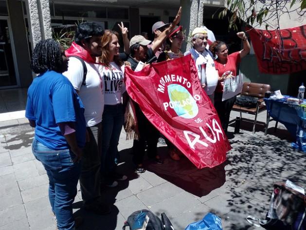 Ativistas protestam durante o fórum social Resistência à Habitat III, na Universidade Central do Equador, que recebeu o encontro paralelo à cúpula da Habitat III, que teve participação de cem organizações de mais de 30 países para debater como avançar no direito à cidade para todos. Foto: Emilio Godoy/IPS