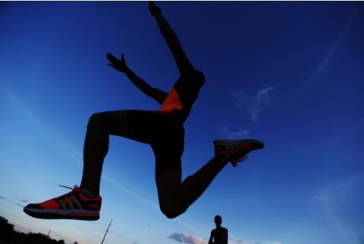 Atleta salta em pista no Tocantins, um dos Estados que poderão ter restrições à prática de esportes num cenário de altas emissões. Foto: Roberto Castro/Ministério do Esporte