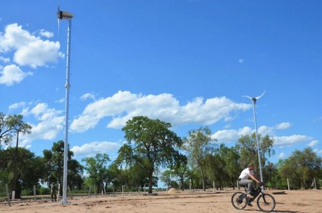 Um militar passa de bicicleta entre moinhos de vento do primeiro projeto-piloto de energias renováveis e pequena geração, na região do Chaco, no Paraguai, dentro de uma instalação militar. Foto: Parque Tecnológico de Itaipu