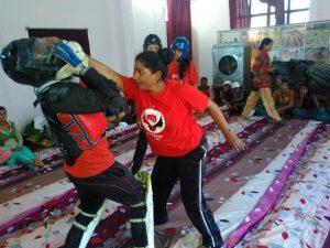 O organização feminina Brigada Vermelha ensina técnicas de defesa pessoal a mulheres e persegue os responsáveis por agressões sexuais. Foto: Neeta Lal/IPS